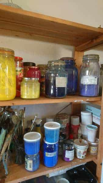 Farvepigmenter i atelieret. De bruges til at lave kunstnerfarver i høj kvalitet