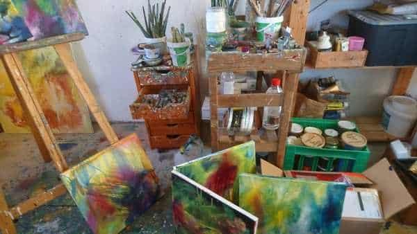 kunstners atelier med kreativt rod