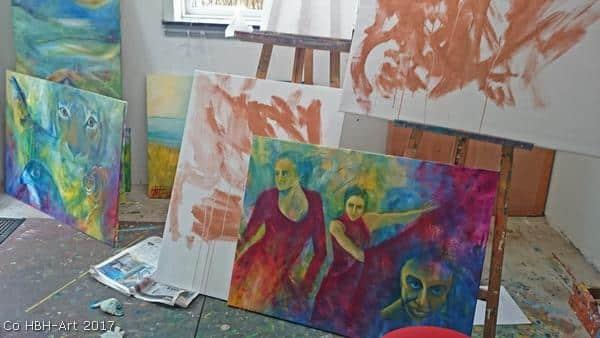 atelier-med-malerier-i-gang