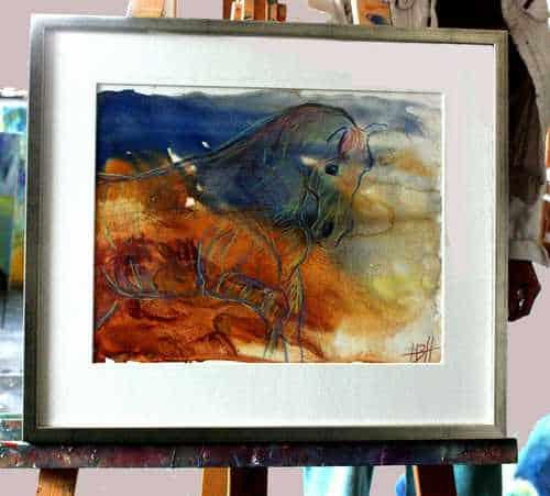 akvarel af hest i jordfarver og blåt. Indrammet med hvid passpartout i sølvramme