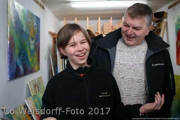 Sara Gepard og hendes far i Atelier Hbh-art foran et dyremaleri på væggen