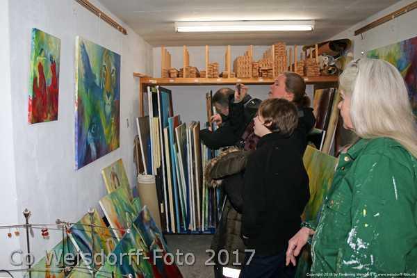 Sara Gepards familie på besøg i atelier HBH-Art. De kigger på malerier