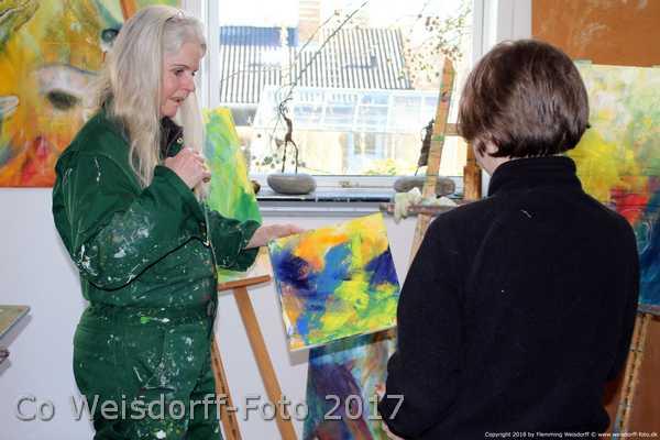 Maleri som sponsorgave til geparderne. Sara Gepard og kunstner Helle Borg Hansen kigger på det