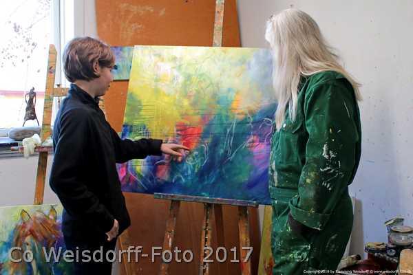 Sponsormaleri på stafelliet i atelier hbh-art. Sara Gepard og kunstner Helle Borg Hansen står foran og taler. maleriet skal have motiv af geperder og være støtte til Cheetah foundation