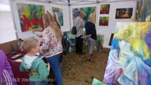 Børn ser på kunst malerier på Gilleleje Kunstmarked i teltet hos Atelier HBH-Art