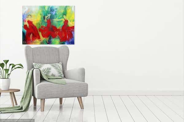 dansemaleri med røde farver på væggen over gråen stol