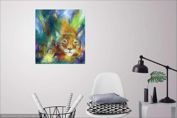 Malerier til stuen - Farverigt maleri på den hvide væg