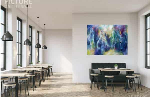 Maleri på væggen i kantinen giver liv til rummet