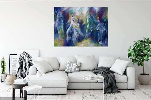 Stort hestemaleri i blå farver over hvid sofa
