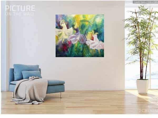 Stort maleri på væggen giver farver til hjemmet