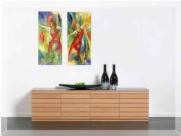 To malerier på væggen over skænken