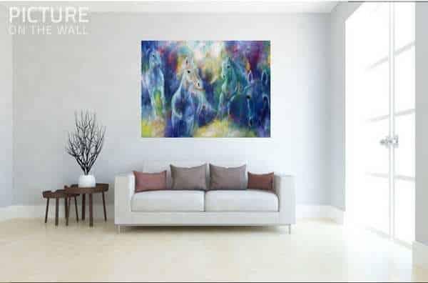 Stort hestemaleri på væggen over sofaen