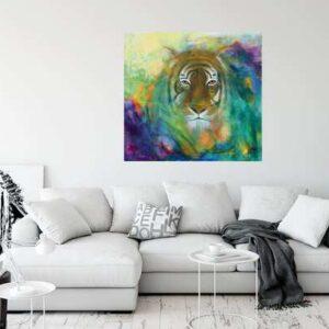 Farverigt maleri på væggen over sofaen