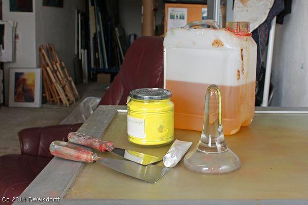 Hvad der skal bruges til at fremstille kunstnerfarver. Farvepigment, linolie, to spertler, en glasløber, materet glasplade og en tube