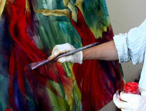 Kunstner arbejder i atelieret
