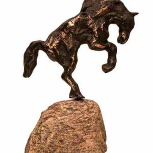 Hesteskulptur i bronze på natursten