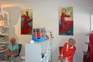 Malerier på væggen hos dyrlægen. Kunst i firmaet