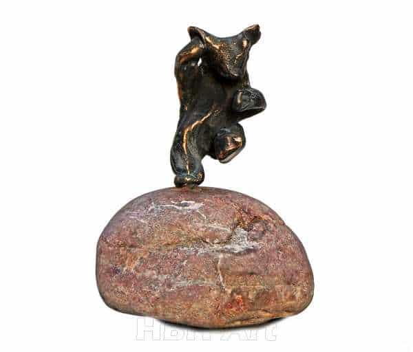 Cire perduestøbt bronzeskulptur af Bamse på natursten