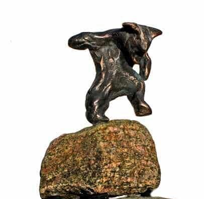 Cire perduestøbt bronzeskulptur i massiv bronze på natursten af bjørn på vej ud over kanten
