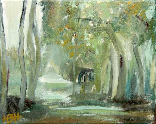 Lille maleri af en diset skov med bløde grønne og blå farver