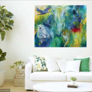 Malerier af dyr i stuen over sofaen