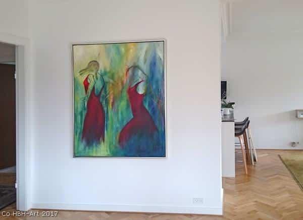 Stort indrammet solgt oliemaleri hos kunde på væggen i stuen. To flamencodansere i røde kjoler på grøn blå og gul baggrund