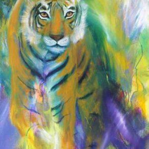 Maleri af tiger, der kommer gående ud af den violette baggrund, men den kigger direkte på dig, Smalt højformat