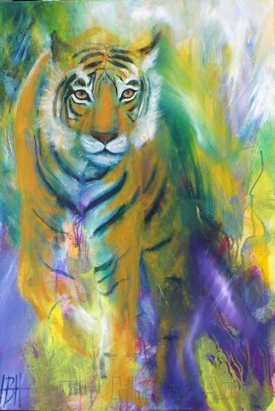 Truede dyrearter. Dyremaleri af tiger, der kommer gående ud af den violette baggrund, men den kigger direkte på dig, Smalt højformat