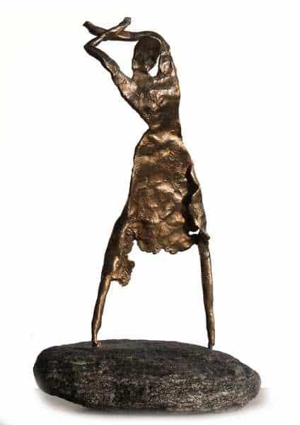 Cire perduestøbt bronzeskulptur af flamencodanser på natursten