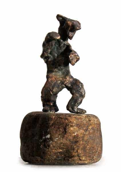 Cire perduestøbt bronzeskulptur på natursten . opretstående rovdyr