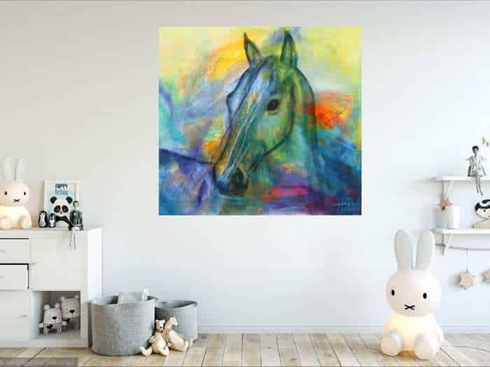 Kunst i børneværelset - Farverigt hestemaleri på væggen over legetøjet