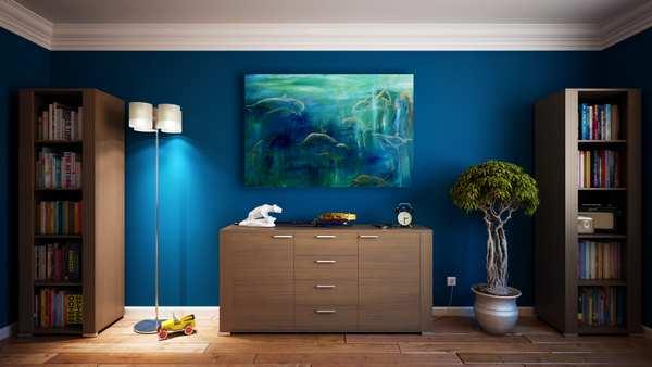 Maleri af delfiner på en blå væg