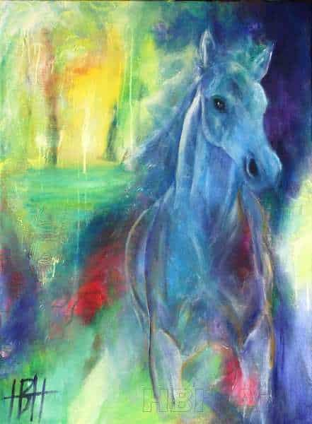 Spirituelt hestemaleri i blå og gule farver. Hesten kommer løbende imod dig fra et fantasilandskab i lyse farver