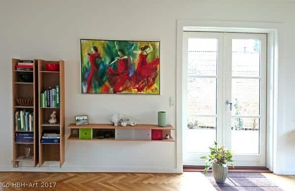 Malerier i boligindretning. Indrammet maleri af tre flamencodansere på væggen i stuen hos en kunde