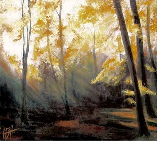 Maleri af en efterårsmorgen i skoven hvor lyset falder skråt gennem morgendisen og får bladenes gyldne farver til at lyse