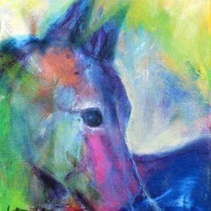 lille maleri af hest i blå, grønne og lilla farver. Hesten kigger ud af maleriet med det ene øje