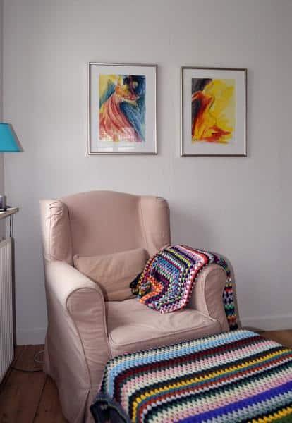 To indrammede akvareller af flamencodansere på væggen over lænestolen
