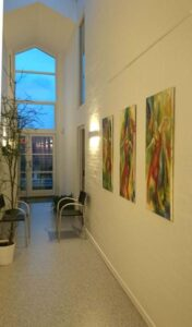 kunstmaler udstiller i kunstforeninger. Dansemalerier på væggen i Slangerup lægehus