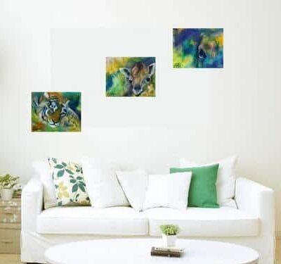 små malerier over sofaen. Malerier af tiger, giraf og hesteøje