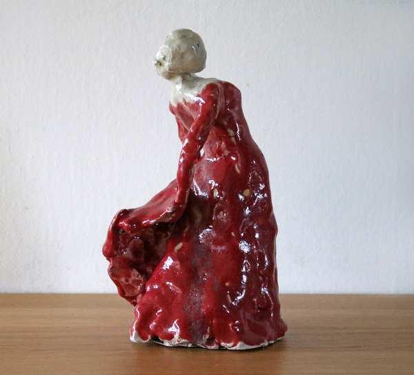 Stentøjsskulptur af flamencodanser i rød kjole