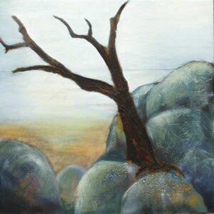 naturmaleri i bløde farver. En rolig diset dag med udsigt fra store sten og et udgået træ