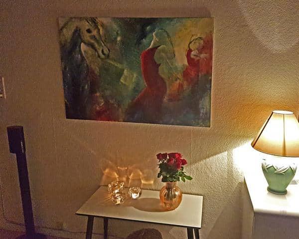 Maleri af hest og to dansere på en farverig baggrund. Maleriet er solgt og hænger på væggen i stuen hos kunden
