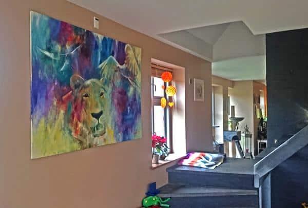 solgt oliemaleri af ørne og puma på væggen i en kundes hjem