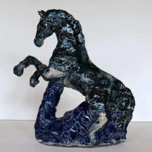 Blå skulptur af stejlende hest. Glaseret stentøj