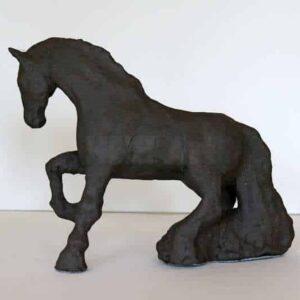 skulptur af hest i sort uglaseret stentøj