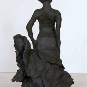Skulptur af flamencodanser i sort stentøjsler