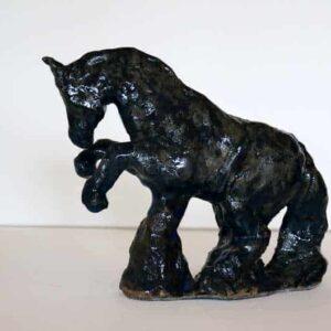 Mørkeblå hesteskulptur i glaseret stentøj