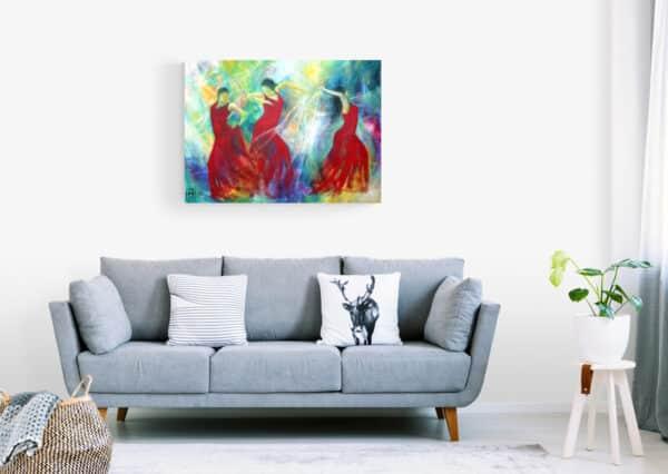 Malerier i stue - Dansemaleri med røde farver over sofaen