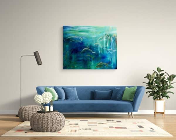 Maleri af delfiner i blå farver over sofaen