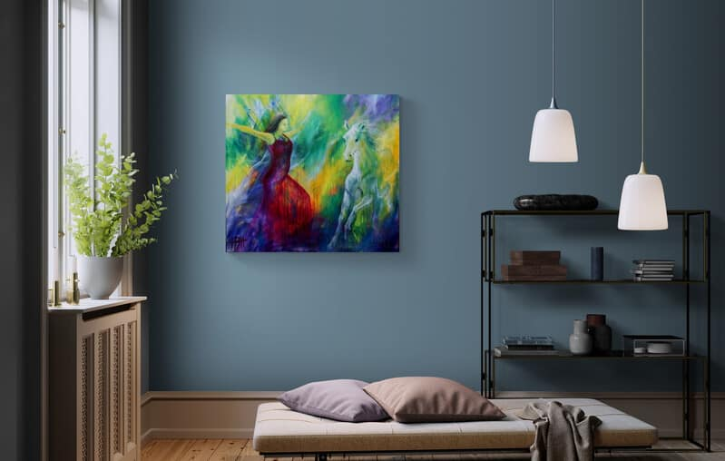 Maleri af danser og hest på blå væg